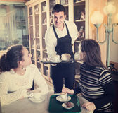 Ragazze e cameriere in caffè fotografie stock libere da diritti