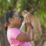 Ragazze e cucciolo nel giardino Immagini Stock Libere da Diritti