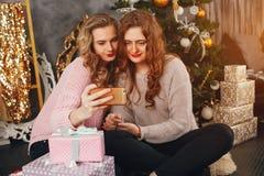 Ragazze e Natale immagine stock