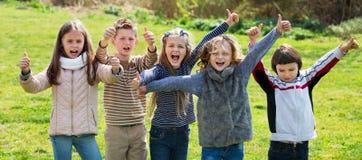 Ragazze e ragazzi della scuola elementare che spendono insieme tempo Fotografie Stock
