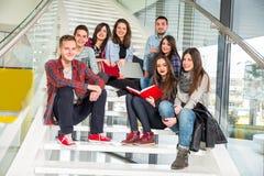 Ragazze e ragazzi teenager felici sulle scale scuola o istituto universitario Fotografia Stock Libera da Diritti