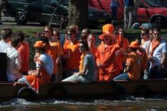 Ragazze e tiranti in vestiti arancioni Immagini Stock