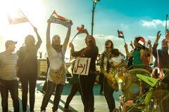 Ragazze egiziane che protestano con le bandiere ed il segno di PERMESSO Immagine Stock