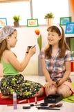 Ragazze elementari di età che giocano con il trucco Immagine Stock Libera da Diritti