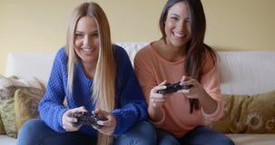 Ragazze emozionanti che giocano i video giochi a casa stock footage