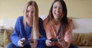 Ragazze emozionanti che giocano i video giochi a casa archivi video
