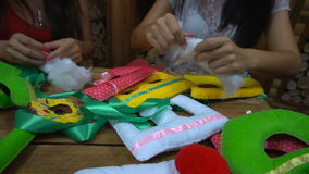 Ragazze fatte a mano che cucono le lettere di feltro archivi video