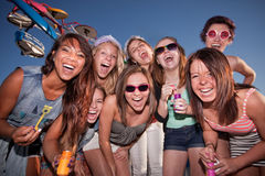 Ragazze felici al carnevale con le bolle immagini stock