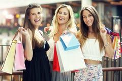 Ragazze felici che comperano nel centro commerciale Fotografie Stock Libere da Diritti