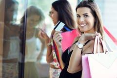 Ragazze felici che comperano nel centro commerciale Fotografia Stock