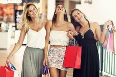 Ragazze felici che comperano nel centro commerciale Immagini Stock