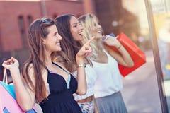 Ragazze felici che comperano nel centro commerciale Fotografie Stock