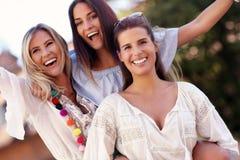 Ragazze felici che vanno in giro nella città di estate Immagini Stock Libere da Diritti