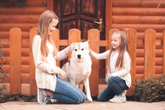 Ragazze felici con il cane all'aperto Fotografie Stock Libere da Diritti