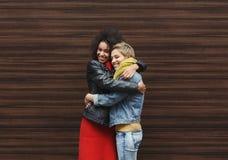 Ragazze felici divertendosi all'aperto Fotografie Stock
