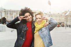 Ragazze felici divertendosi all'aperto Immagini Stock Libere da Diritti