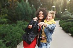 Ragazze felici divertendosi mentre camminando nel parco Fotografie Stock Libere da Diritti