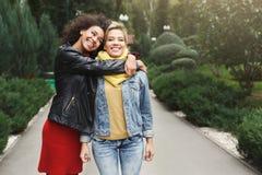 Ragazze felici divertendosi mentre camminando nel parco Fotografia Stock Libera da Diritti