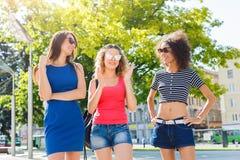 Ragazze felici divertendosi mentre camminando nella città Immagine Stock Libera da Diritti