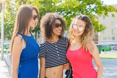 Ragazze felici divertendosi mentre camminando nella città Immagini Stock Libere da Diritti