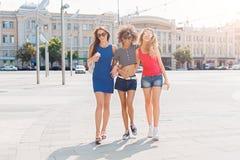 Ragazze felici divertendosi mentre camminando nella città Immagini Stock