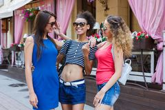 Ragazze felici divertendosi mentre camminando nella città Fotografia Stock