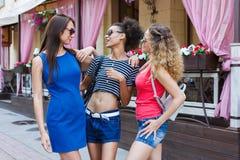 Ragazze felici divertendosi mentre camminando nella città Fotografie Stock