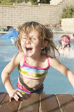 Ragazze felici nella piscina Fotografia Stock Libera da Diritti