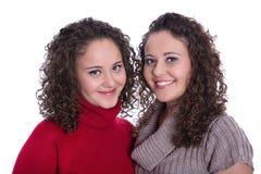 Ragazze felici: Ritratto dei gemelli femminili reali che indossano il pullov di inverno Immagine Stock