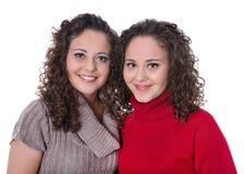 Ragazze felici: Ritratto dei gemelli femminili reali che indossano il pullov di inverno Immagini Stock