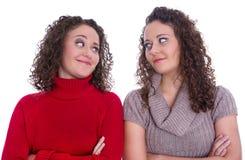 Ragazze felici: Ritratto dei gemelli femminili reali che indossano il pullov di inverno Fotografia Stock