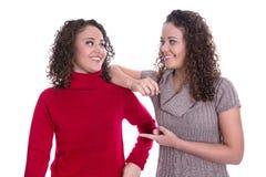 Ragazze felici: Ritratto dei gemelli femminili reali che indossano il pullov di inverno Fotografia Stock Libera da Diritti