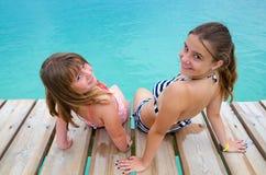 Ragazze felici sul ponte tropicale Fotografie Stock