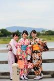 Ragazze giapponesi nella camminata del vestito dal kimono Immagini Stock Libere da Diritti
