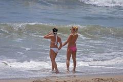Ragazze graziose alla spiaggia Fotografia Stock