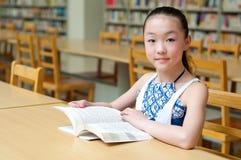 Ragazze graziose che studiano nella libreria Fotografia Stock Libera da Diritti