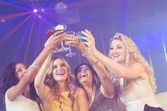 Ragazze graziose con i cocktail Fotografie Stock
