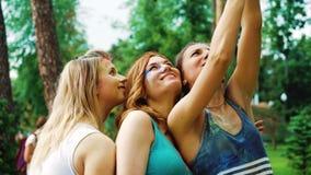 Ragazze graziose in polvere variopinta fare i selfies divertenti dopo il festival di Holi archivi video