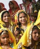 Ragazze indiane in abbigliamento etnico variopinto Immagini Stock Libere da Diritti
