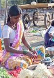 Ragazze indiane che vendono le verdure al mercato locale Immagini Stock Libere da Diritti