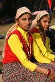 Ragazze indiane nella seduta etnica dei vestiti Immagini Stock Libere da Diritti