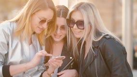 Ragazze moderne di svago delle donne che dividono i pettegolezzi stock footage