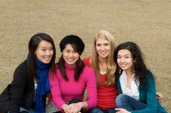 Ragazze multiculturali in istituto universitario Fotografie Stock Libere da Diritti