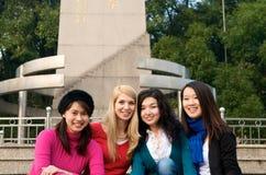 Ragazze multiculturali in istituto universitario Immagini Stock Libere da Diritti