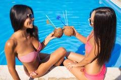 Ragazze nei cocktail e nel gossip beventi del bikini all'aperto Immagine Stock Libera da Diritti