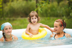 Ragazze nella piscina Fotografia Stock