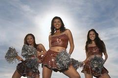 Ragazze pon pon che ballano con Pom Poms fotografie stock libere da diritti