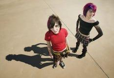 Ragazze punk su calcestruzzo Immagini Stock Libere da Diritti