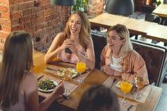 Ragazze sorridenti in caffè Fotografia Stock