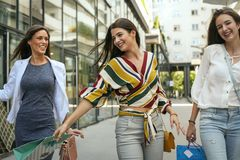 Ragazze sorridenti che camminano sulla via Immagini Stock